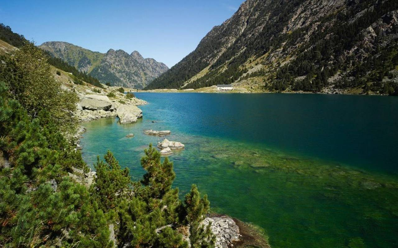 Activity near a lake in the Pyrenees in Occitania, accommodation pyrenees, Hotel La Solitude.
