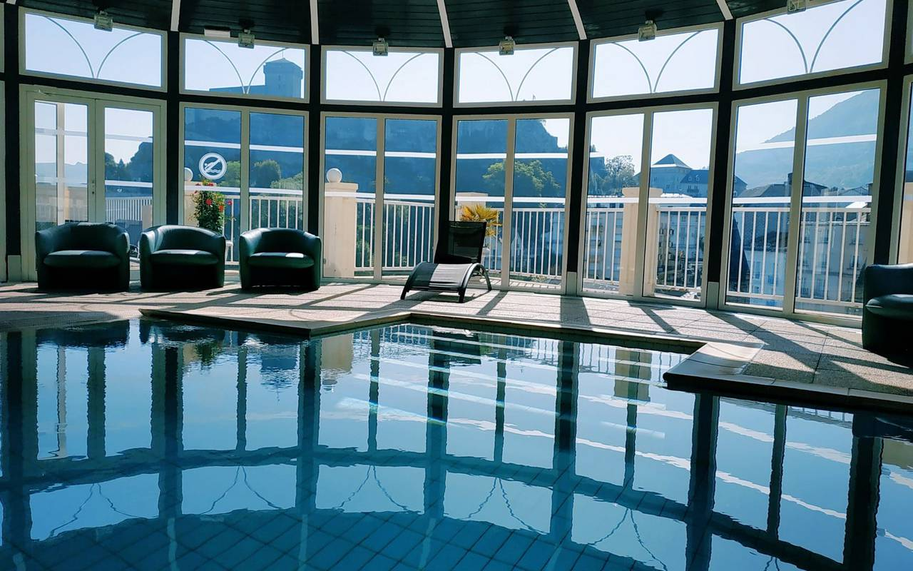 Swimming pool with view of the mountains and the surrounding nature, swimming pool lourdes, Hotel La Solitude.