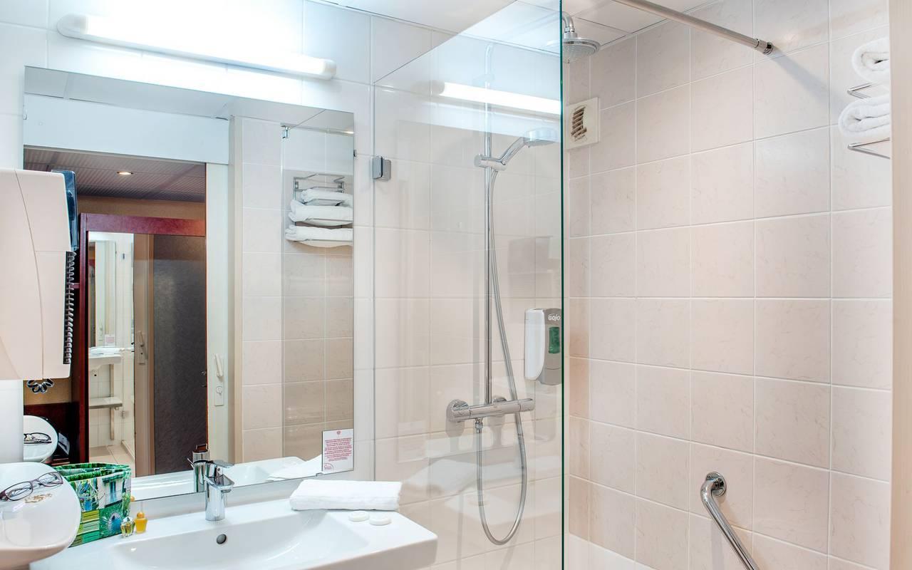 Salle de bain avec douche et baignoire, accommodation occitanie, Hôtel La Solitude.