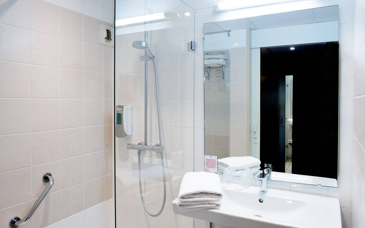 large, well-equipped bathroom in the single room with balcony , hotel restaurant hautes pyrenees, Hôtel La Solitude.