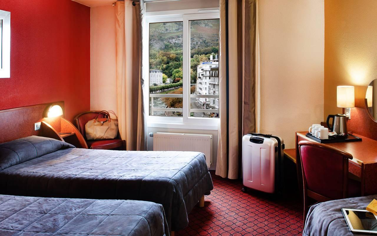 3 single beds with desk and large window, vacation lourdes, Hôtel La Solitude.