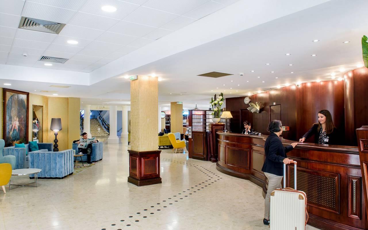 Réception lumineuse et accueillante avec coin salon design et moderne, hotel lourdes avec piscine, Hôtel La Solitude.