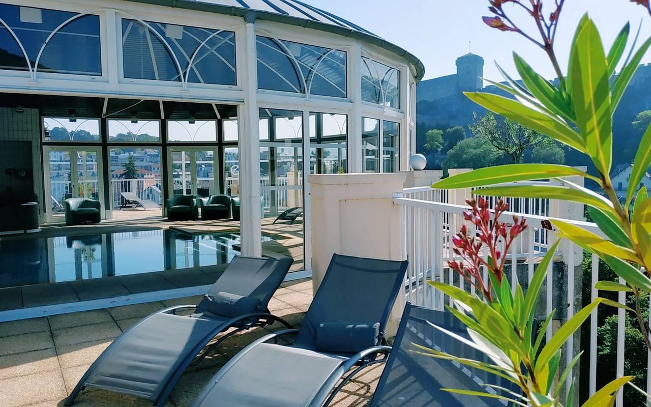 Chaises longues en extérieur à proximité de notre sublime piscine, hotel lourdes avec piscine, Hôtel La Solitude.