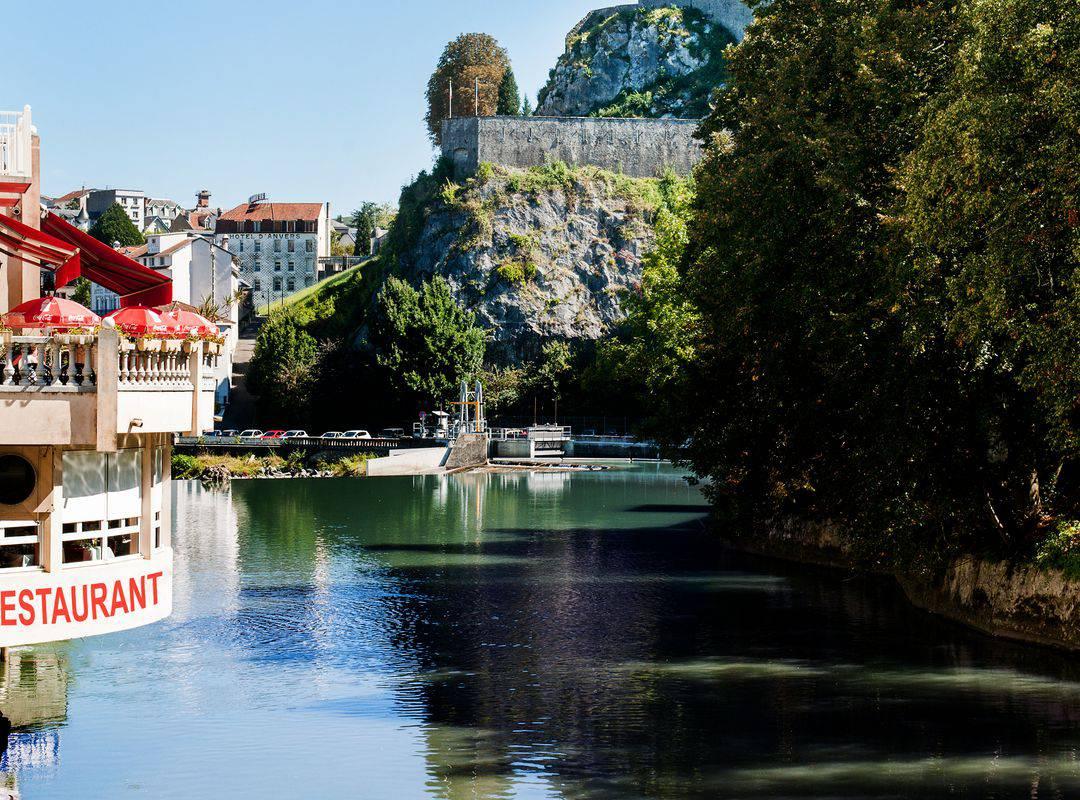 restaurant au bord de l'eau avec vue sur le château-fort, brasserie lourdes, Hôtel La Solitude.