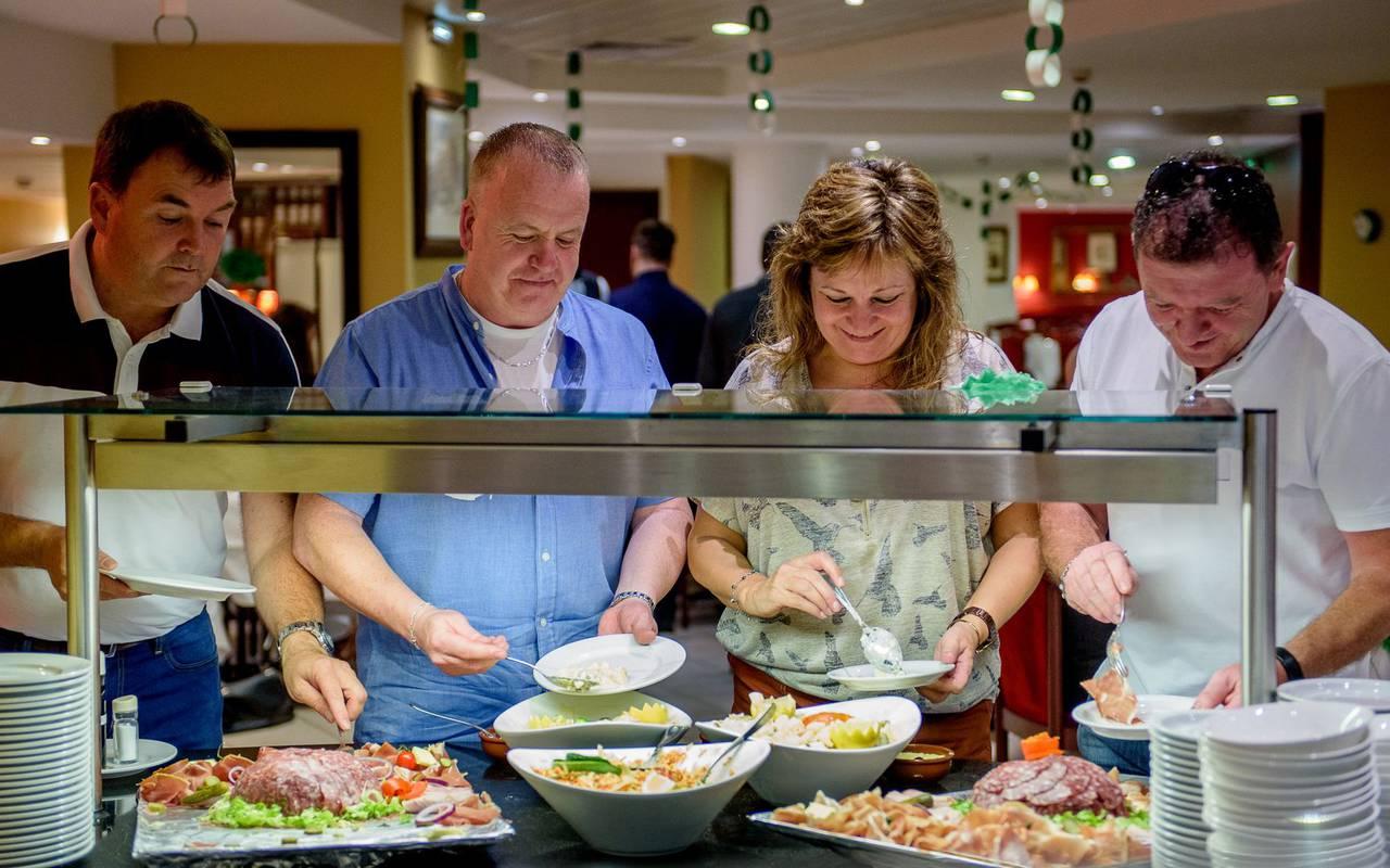 Nos clients émerveillés par notre délicieux buffet à volonté, brasserie lourdes, Hôtel La Solitude.