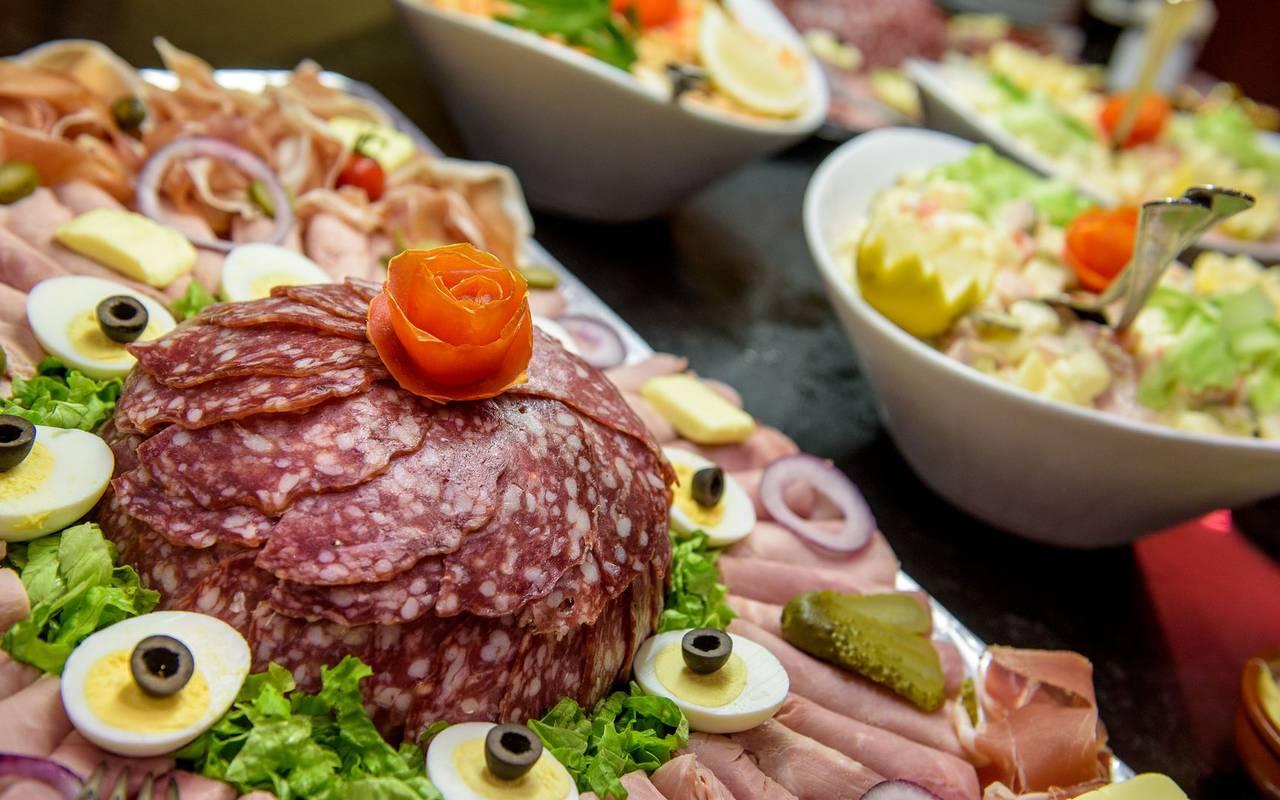 Buffet avec plat de charcuterie et salades, brasserie lourdes, Hôtel La Solitude.
