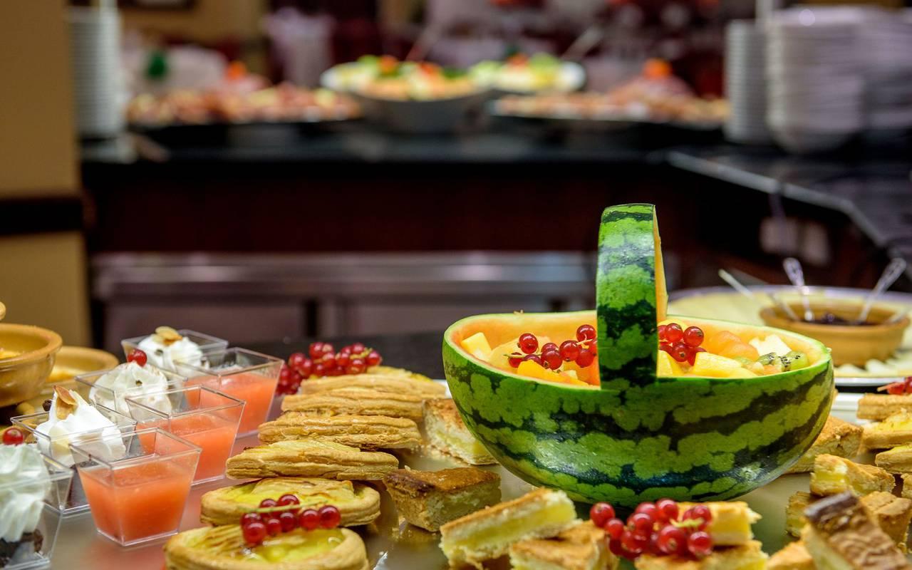 Buffet de dessert gourmand et fruité, brasserie lourdes, Hôtel La Solitude.