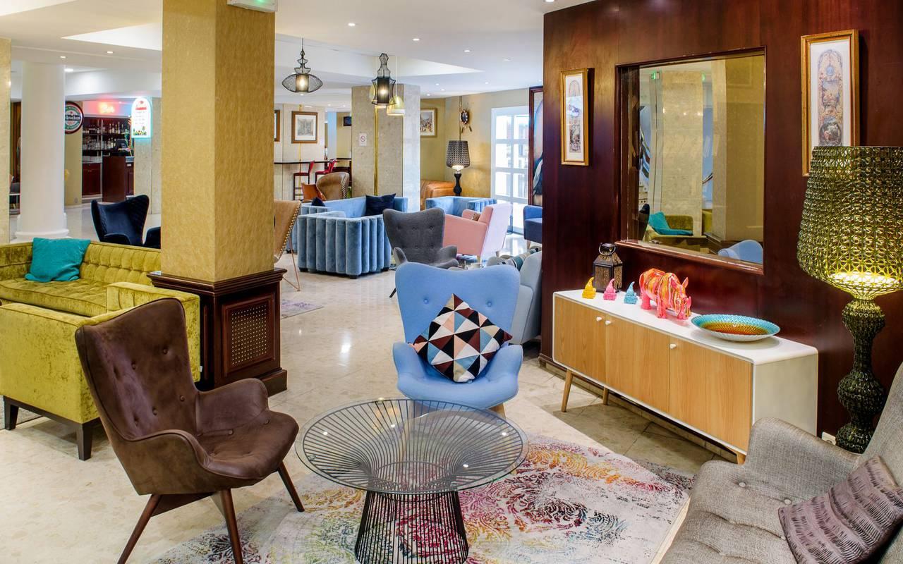 Salon design avec fauteuils et canapés confortables, seminaire pyrenees, Hôtel La Solitude.