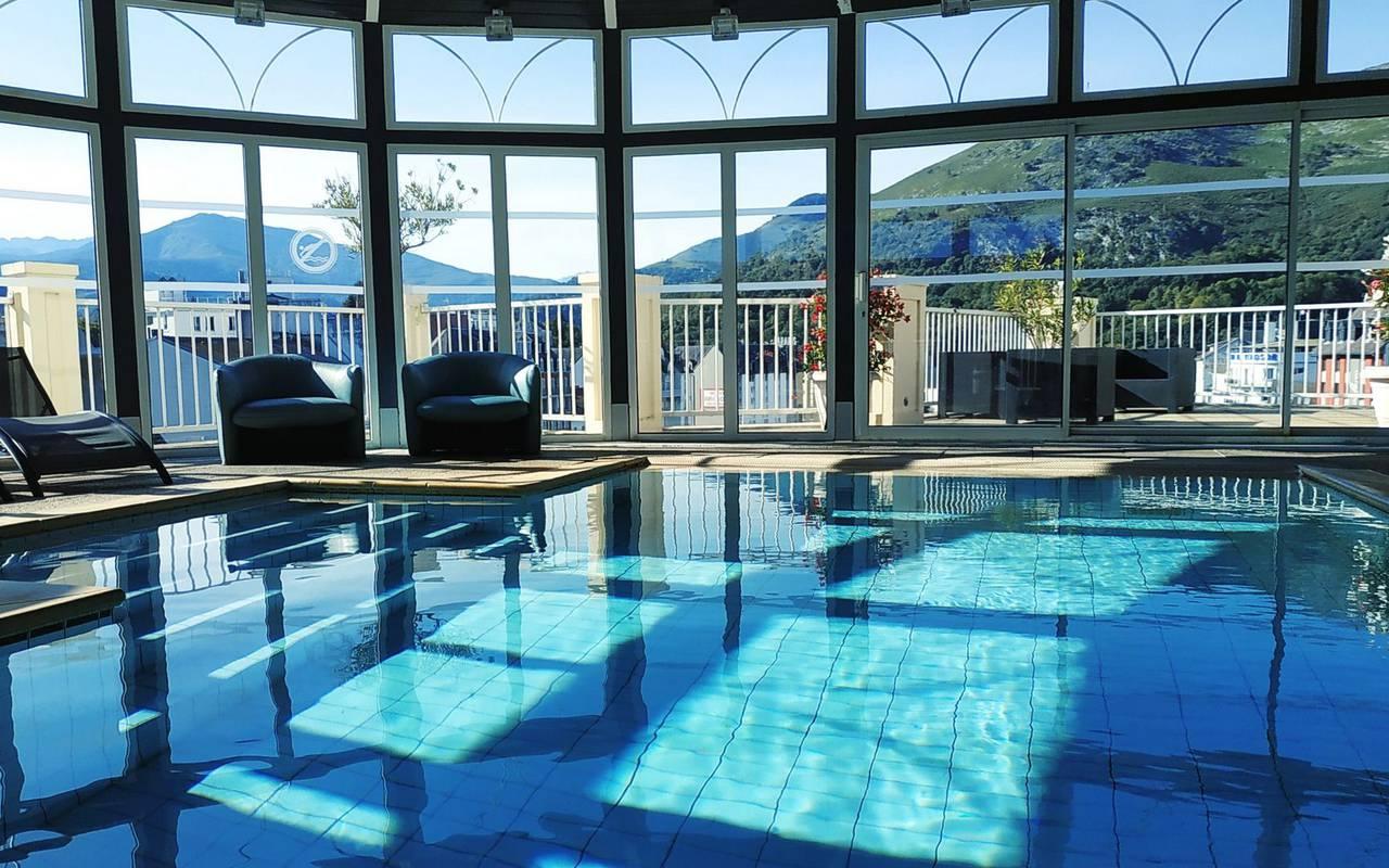 Sublime piscine spacieuse avec de grande baies vitrées donnant une belle vue sur l'extérieur, piscine pyrenees, Hôtel La Solitude.
