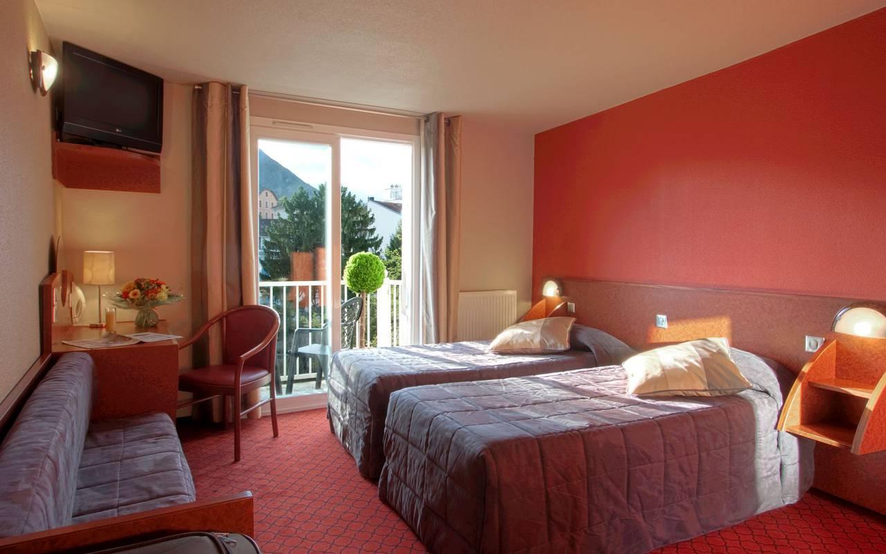 Chambre spacieuse et lumineuse avec deux lits simples, hotel international lourdes, Hôtel La Solitude.