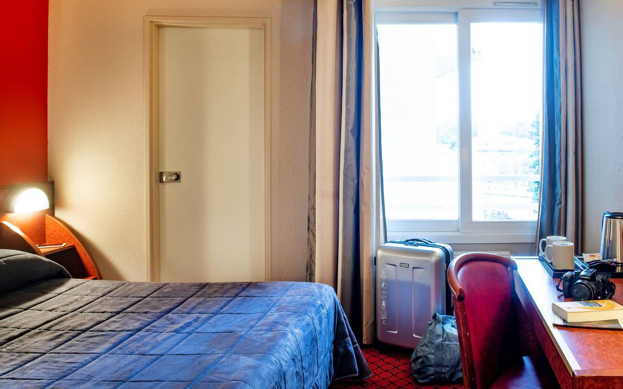 Chambre double avec bureau et lampes, hotel restaurant de charme hautes pyrénées, Hôtel La Solitude.