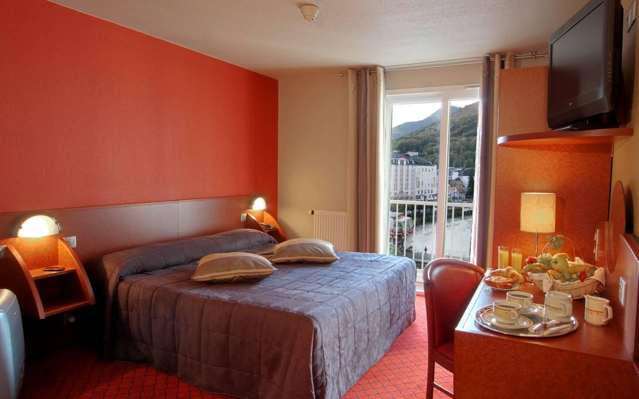 Chambre double avec balcon et petit-déjeuner sur le bureau, week end detente occitanie, Hôtel La Solitude.
