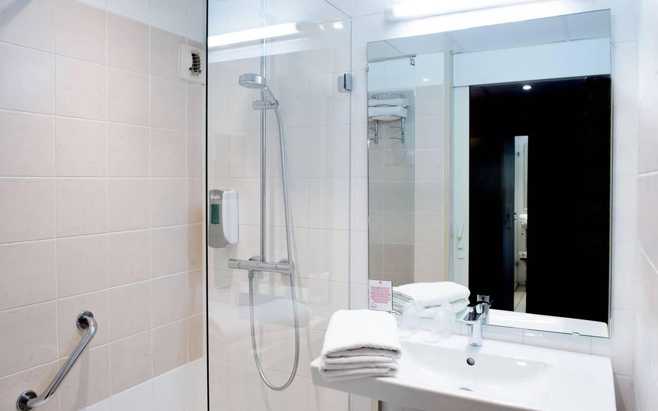 grande salle de bain bien équipée de la chambre individuelle avec balcon, sejour hautes pyrenees, Hôtel La Solitude.