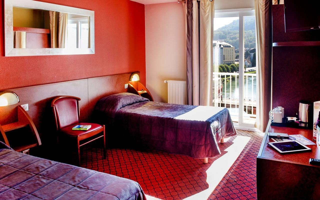 Deux lits simples avec beaucoup d'espace dans la chambre pour personne à mobilité réduite, sejour bien etre occitanie, Hôtel La Solitude.