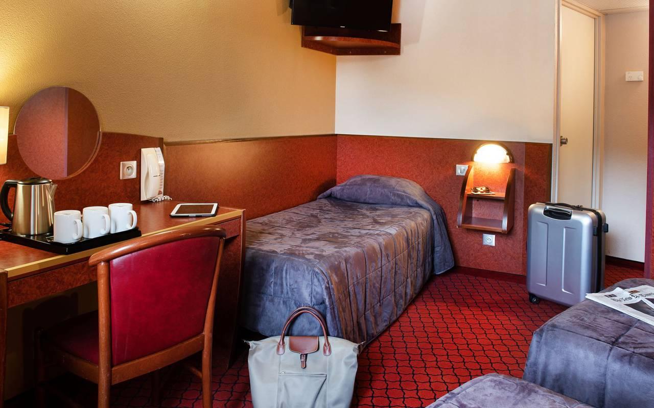 Chambre triple avec bureau et service à thé, sejour pyrenees, Hôtel La Solitude.