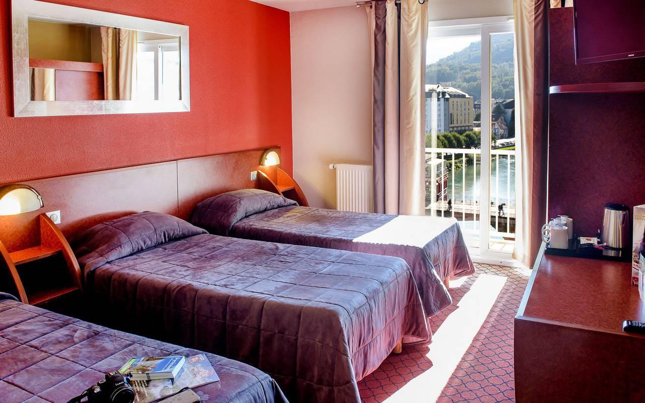 Chambre triple avec balcon, sejour pyrenees, Hôtel La Solitude.