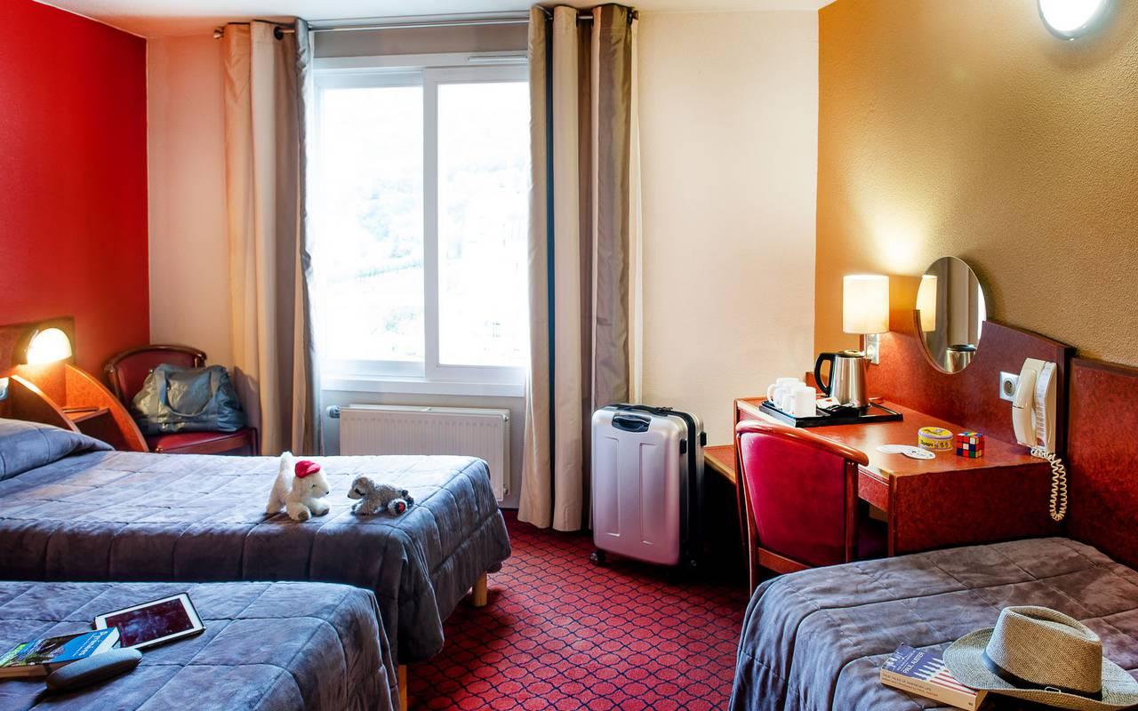 Chambre triple avec 3 lits simples et bureau, sejour pyrenees, Hôtel La Solitude.