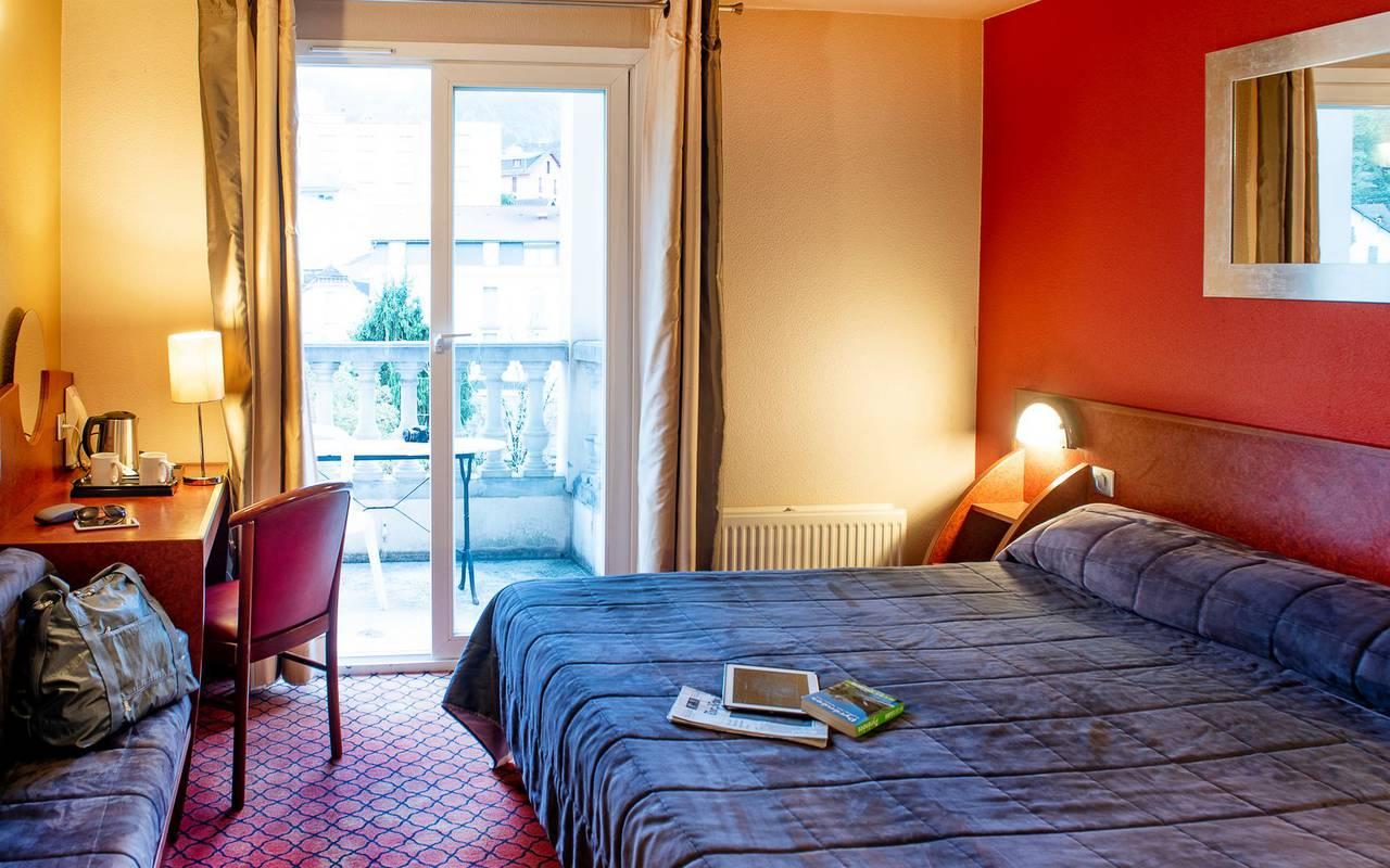 Grand lit double dans la chambre duplex avec bureau, hotel lourdes avec parking, Hôtel La Solitude.