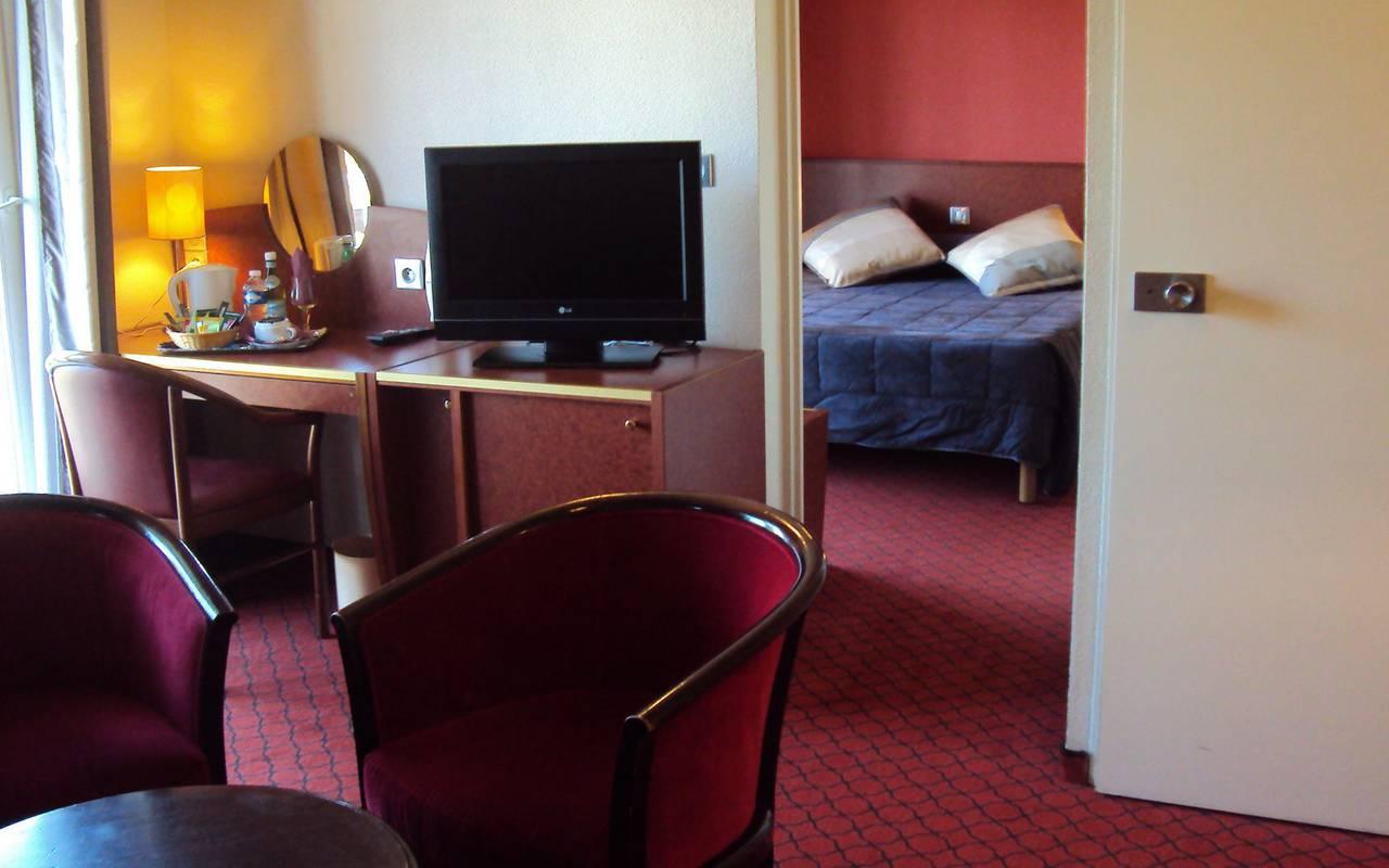 Espace bureau de la suite dans une pièce à côté de la chambre, sejour bien etre pyrenees, Hôtel La Solitude.