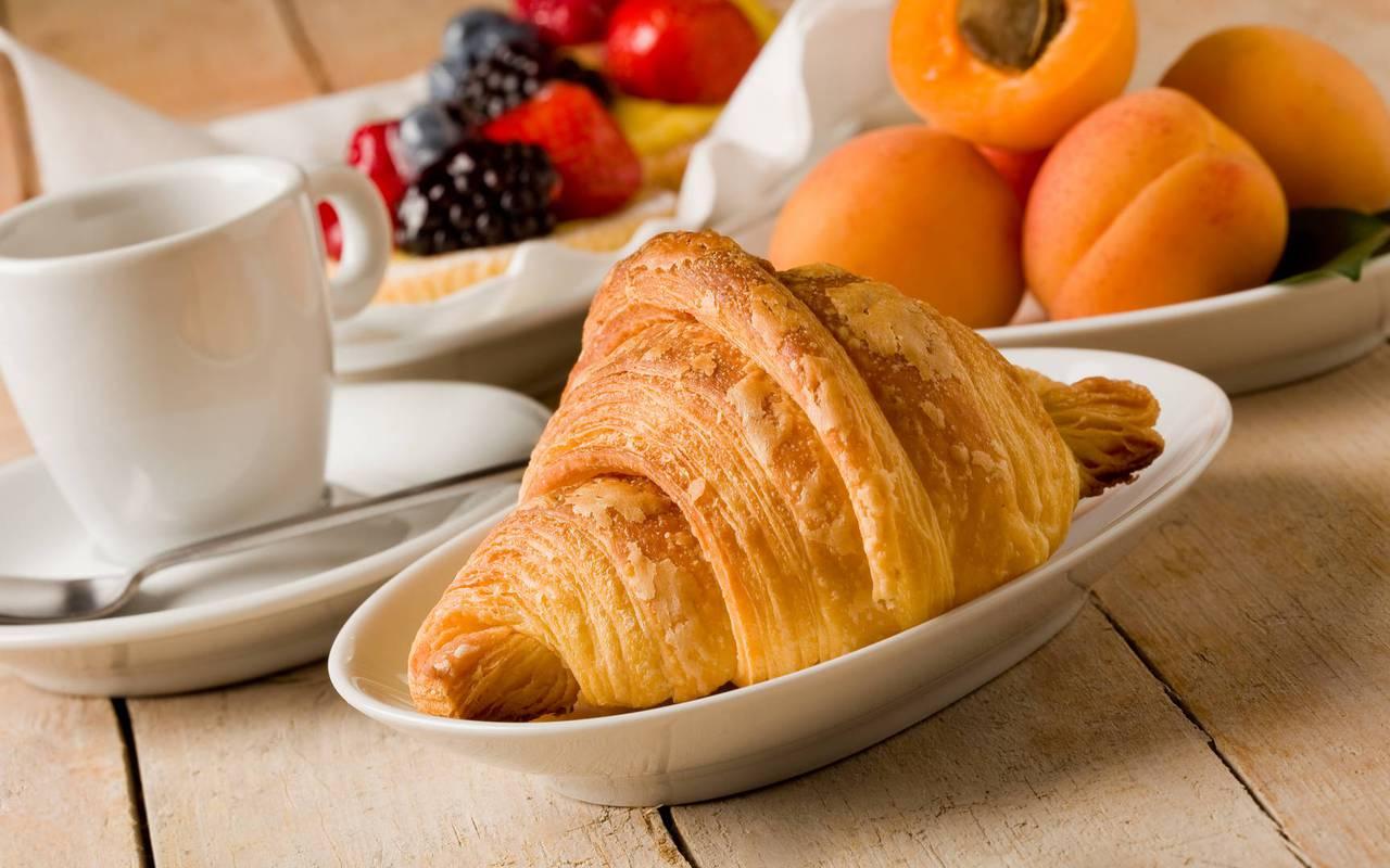 Petit-déjeuner avec un croissant, du thé et des fruits, sejour lourdes, Hôtel La Solitude.