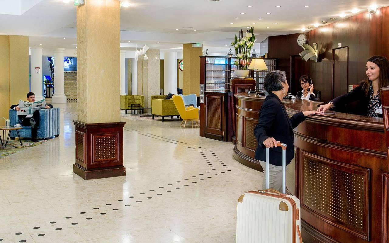 Arrivées de nos clients à la réception avec salon et avec personnel disponible et souriant, sejour detente occitanie, Hôtel La Solitude.