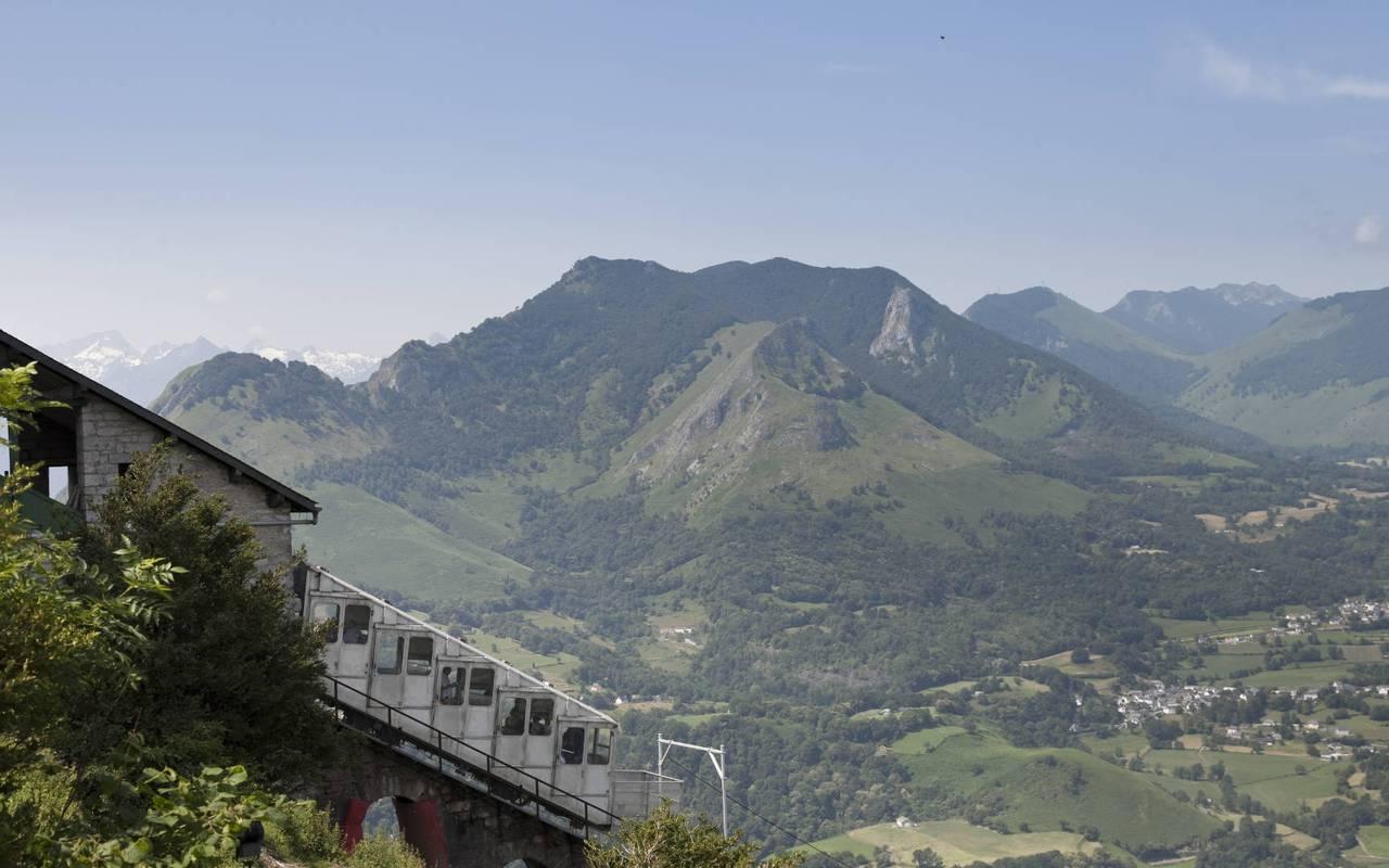 Vue sur les montagnes et l'environnement verdoyant proche de l'hôtel, hotel chateau fort lourdes, Hôtel La Solitude.